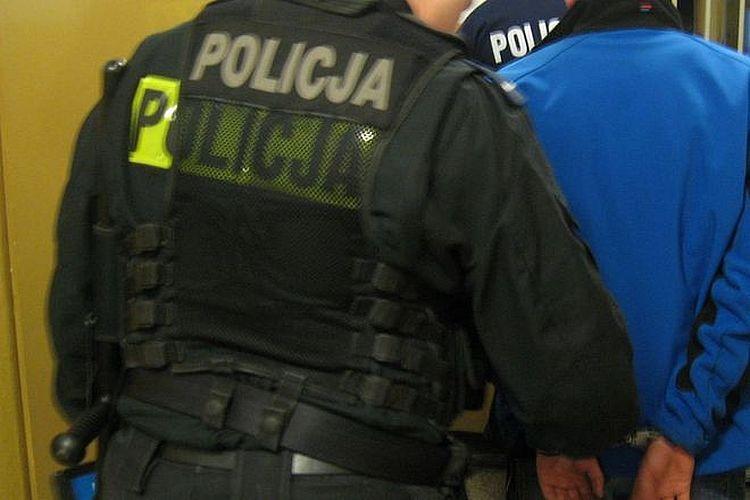 Z lotniska prosto na komendę policji