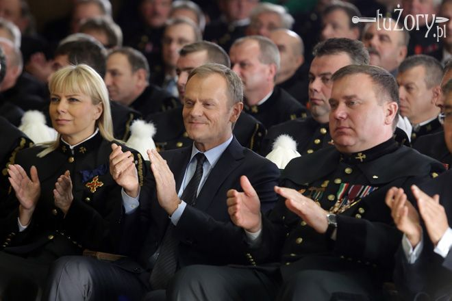 Wiceminister Elżbieta Bieńkowska, premier Donald Tusk i wojewoda Zygmunt Łukaszczyk podczas uroczystostej Akademii Górniczej.