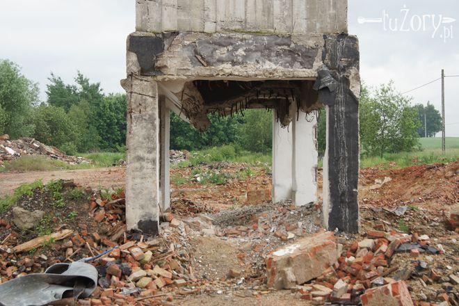 Złomiarze zabrali się również za wyciąganie metalowych prętów z silosa.