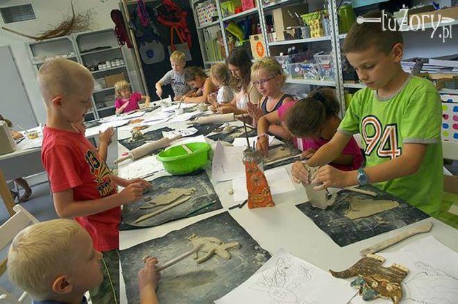 Młodzi uczestnicy wakacyjnych zajęć w Studiu Działań Artystycznych