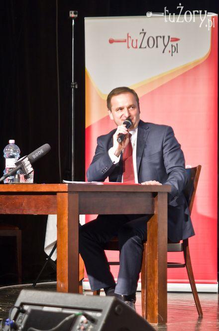 Waldemar Socha podczas debaty w sali teatralnej MOK-u