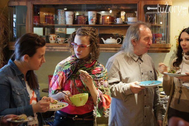 Agnieszka Zapart (w środku) podczas III Wegańskiej Kuchni Społecznej