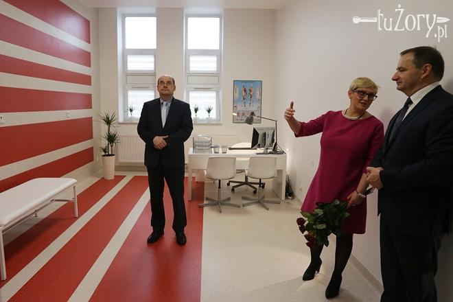 Katarzyna Siemieniec oprowadza prezydenta Żor, Waldemara Sochę i jego zastępcę, Daniela Wawrzyczka
