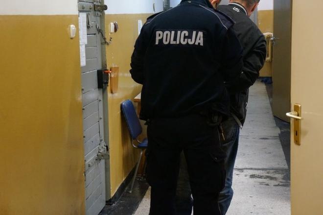 37-latek przyłożył nóż do szyi swojej konkubiny i groził jej śmiercią, KMP Żory