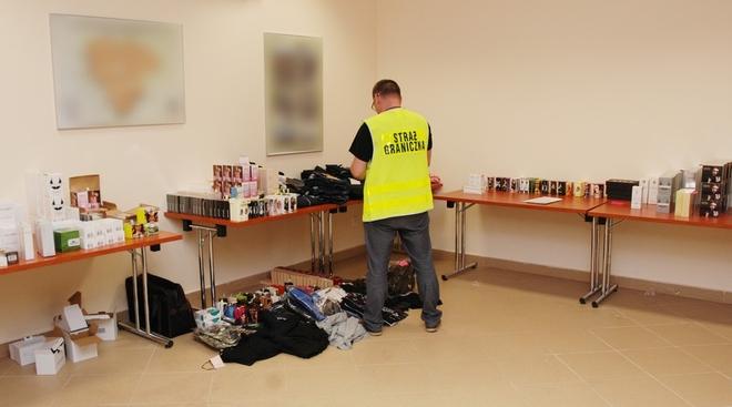 Żory: strażnicy graniczni skonfiskowali podrobione kosmetyki i odzież o wartości 200 tys. złotych, ŚMOSG