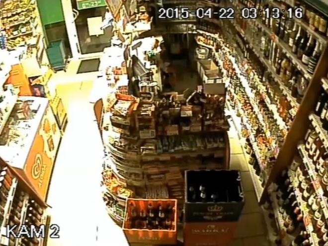 Ktoś próbował włamać się do sklepu przy Niepodległości. Policjanci publikują zapis z monitoringu, KMP Żory
