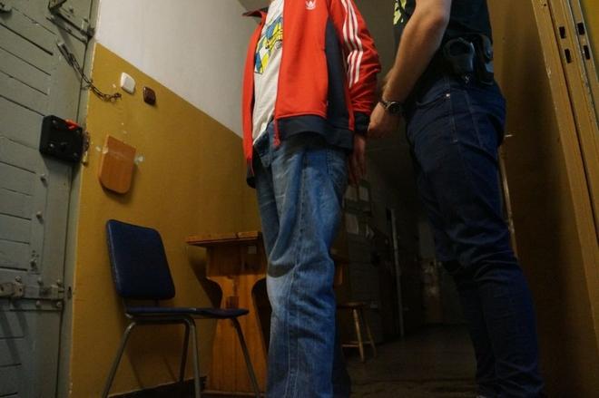 Doprowadzenie 33-latka do Policyjnej Izby Zatrzymań