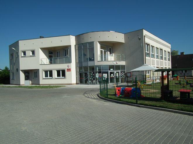 Przedszkole przeniosło się w 2010 roku do nowego budynku, a stary stoi niezagospodarowany.