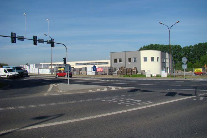 Centrum Budownictwa powstało na skrzyżowniu ulic Folwareckiej z Al. Armii Krajowej