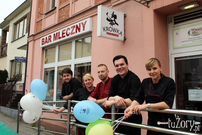 """Bar Mleczny """"Krówka"""" prowadzony jest przez Zakład Aktywności Zawodowej """"Wspólna Pasja"""". Pracuje w nim 28 osób"""