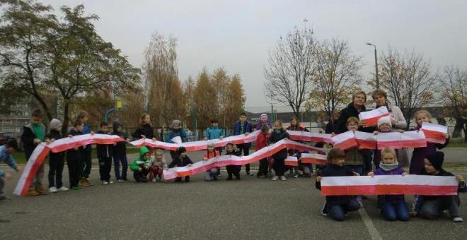 SP15: Dzieci stworzyły najdłuższą flagę w Żorach!