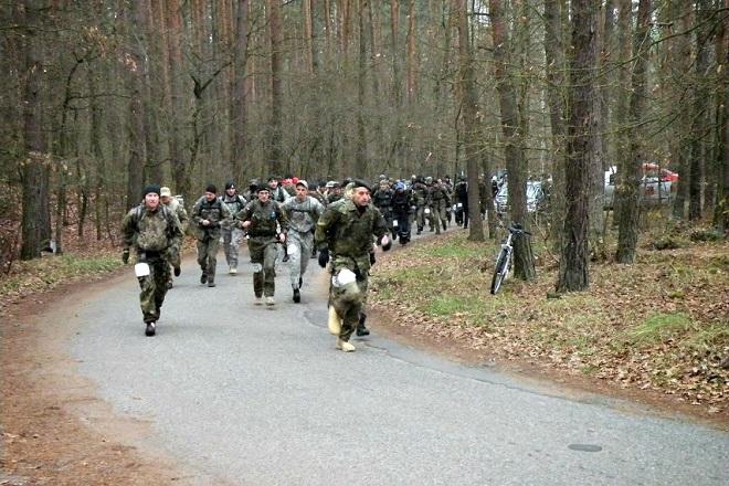 W Maratonie Komandosa rokrocznie startuje kilkuset uczestników, w tym żorski policjant asp.szt. Arkadiusz Muras