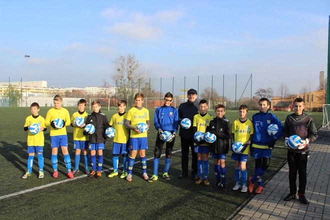 Zawodnicy MKS Żory otrzymali od MZK piłki w ramach promocji projektu unijnego