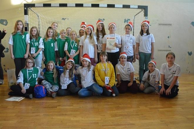 Młoda drużyna MTS-u Żory, podzielona na dwa zespoły, wzięła udział w turnieju mikołajkowym o zasięgu ogólnopolskim