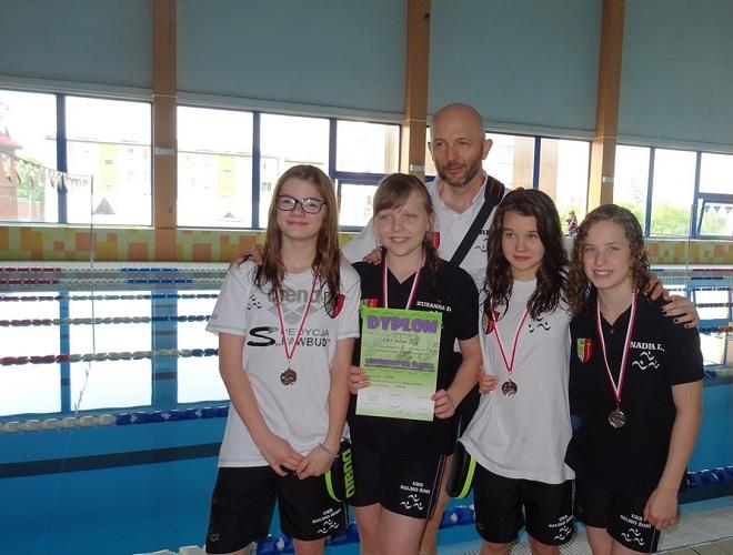 Młodzi pływacy z UKS Salmo Żory zdobyli łącznie 12 medali Mistrzostw Śląska, które odbyły się pod koniec maja w Radlinie