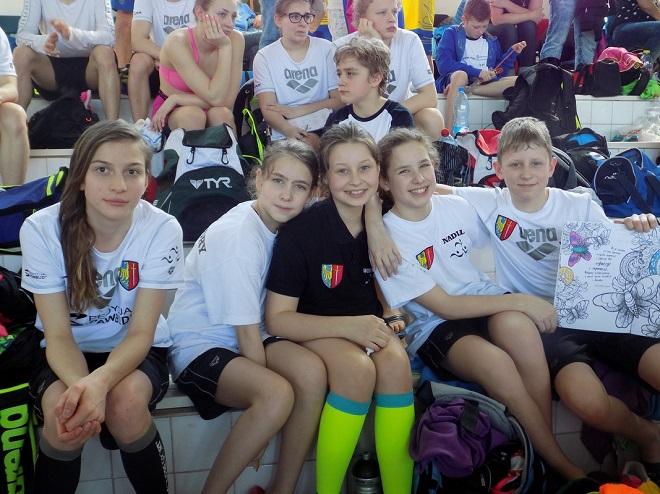 Zawodnicy UKS Salmo Żory wywalczyli sporo medali w zawodach pływackich w Cieszynie i Gliwicach