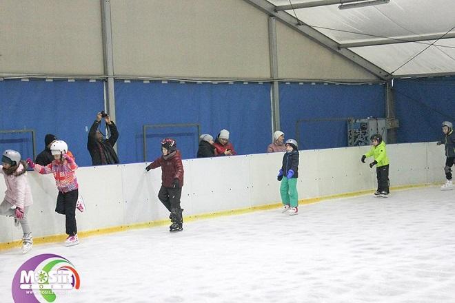 Pierwsze zajęcia szkółki łyżwiarskiej za nami. 77 osób uczyło się jeździć lub doskonaliło jazdę na łyżwach