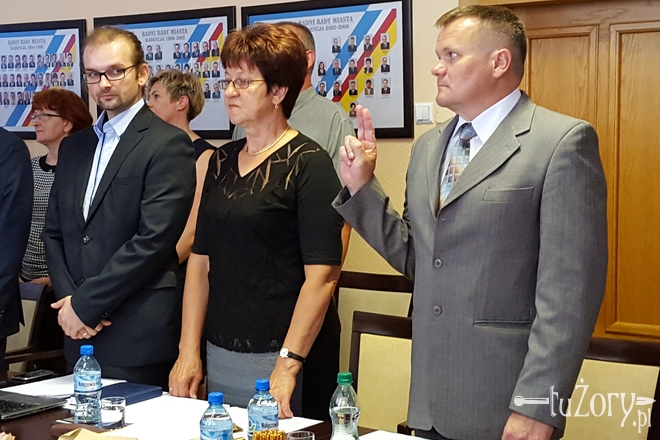 Nowy radny Mieczysław Jakubowski (pierwszy z prawej) złożył uroczyste ślubowanie podczas sesji Rady Miasta 23 czerwca