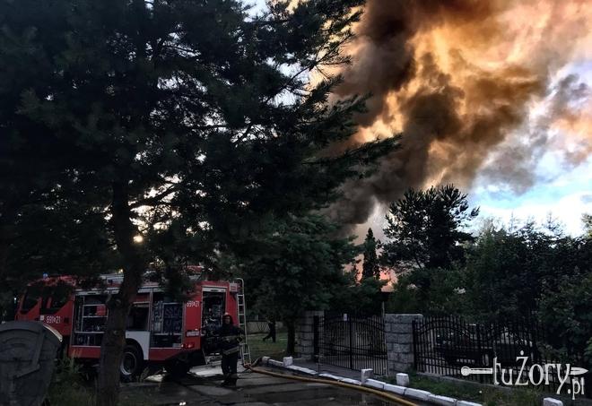 Kłęby dymu nad Żorami. Kilkudziesięciu strażaków walczyło z pożarem pustostanu przy Wspólnej [wideo], Czytelnik
