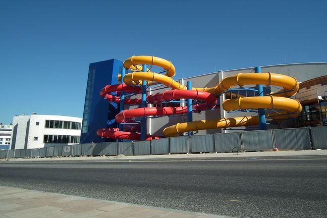 Kolorowe zjeżdżalnie już zachęcają do korzystania z basenu. Na otwarcie trzeba jednak jeszcze poczekać.