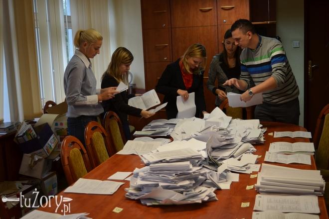Pracownicy Biura Promocji, Kultury i Sportu podczas liczenia głosów