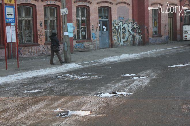 Nawierzchnia przed budynkiem dworca PKP jest usiana dziurami.