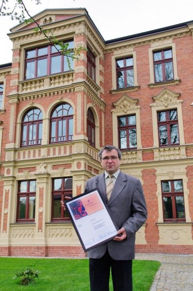Dyrektor placówki, Lucjan Buchalik przed nową siedzibą Muzeum Miejskiego