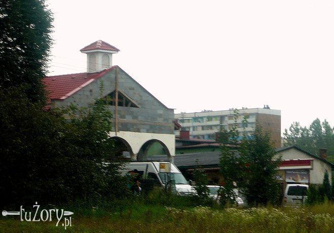 Kaplica z dzwonnicą góruje już nad okolicą.