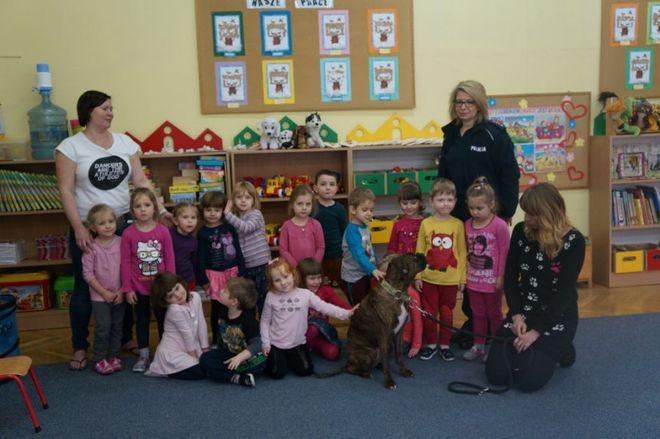 Dzieci z Przedszkola nr 5 dowiedziały się, czy psy muszą gryźć, KMP Żory