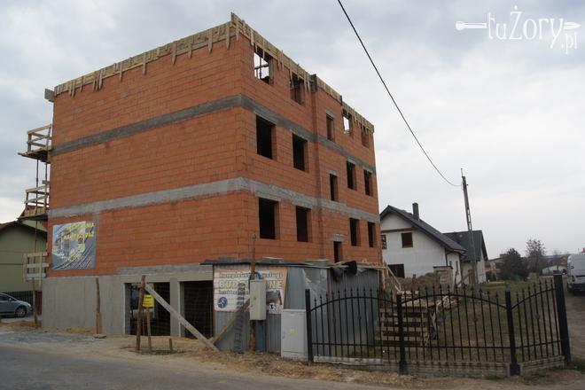 - Budynek nie pasuje do otoczenia, jest monstrualnych rozmiarów - piszą oburzeni mieszkańcy