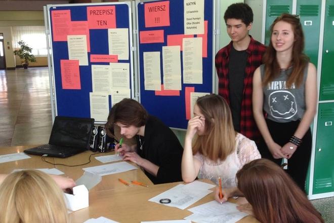 Młodzież z III LO najpierw przeprowadziła akcję na terenie swojej szkoły (kwiecień br.)