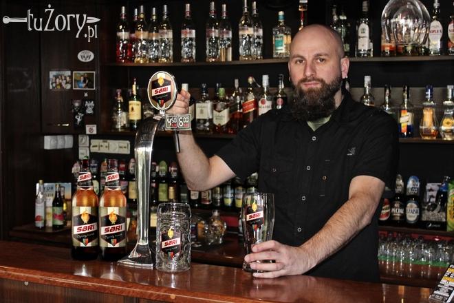 Radosław Góra, właściciel Ozi Pubu, często spotyka klientów pytających o typowy, żorski trunek