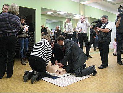 Seniorzy wzięli udział w warszatach udzielania pierwszej pomocy...