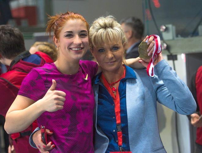 Ewa Swoboda ze swoją trenerką, Iwoną Krupą
