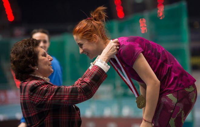 Ewa Swoboda odbiera medal z rąk Ireny Szewińskiej