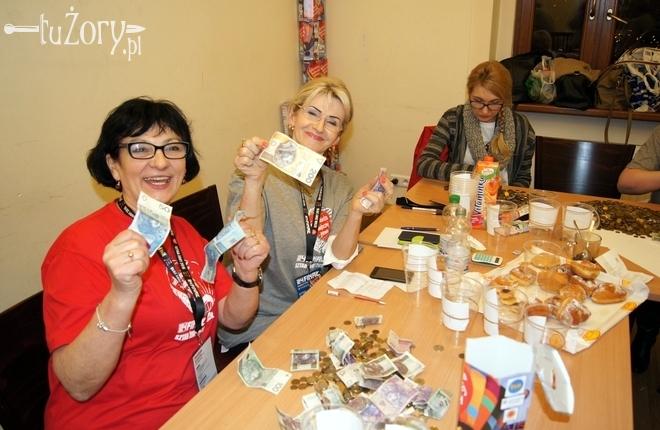 Radość liczących z pierwszego banknotu o nominale 200 złotych