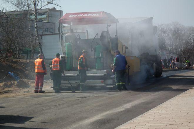 Drogowcy kładą ostatnie warstwy asfaltu