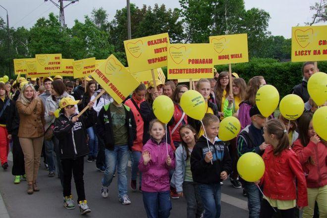 Wolontariusze Hospicjum im. Jana Pawła II podczas Marszu Nadziei - maj 2013 r.