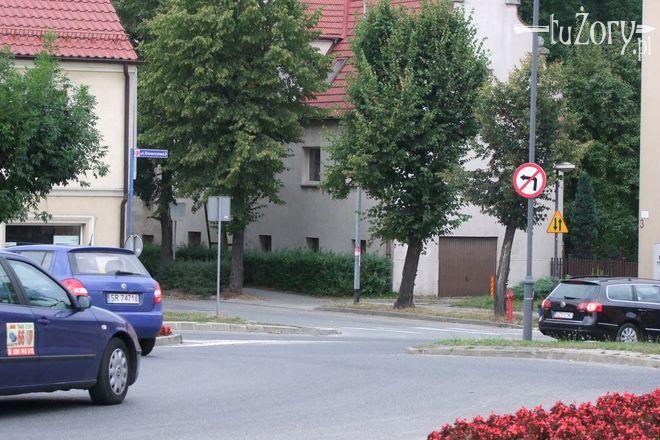 Wyjeżdżając z ronda, można już skręcić w ulicę Powstańców Śląskich.