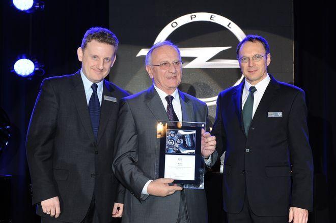 Jan Mucha (w środku) odbiera nagrodę Dealer Honour Club za 2011 r. (z prawej) Peter Farni, dyr. generalny GM PL, (z lewej) Wojciech Kaczyński, dyr. ds. usług GM PL
